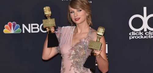 PHOTOS. Oups ! Taylor Swift laisse entrevoir sa culotte lors des Billboard Music Awards