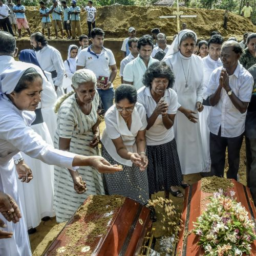 Sri Lanka:  le bilan des attentats s'alourdit à 359 morts, dont 45 enfants et adolescents