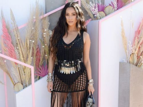PHOTOS. Coachella:  Shay Mitchell, l'ex-star de Pretty Little Liars, ose la robe transparente