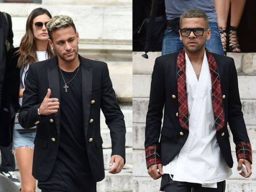 Fashion Week:  Neymar et Dani Alves, les stars du PSG, s'amusent à défiler