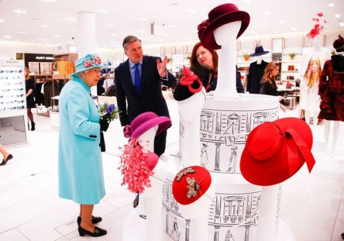 PHOTOS. La reine Elizabeth II aperçue en pleine session shopping dans un grand magasin