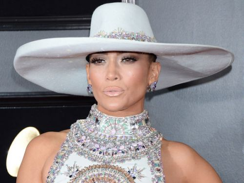 PHOTOS. Grammy Awards 2019:  Jennifer Lopez sublime dans une robe bling-bling et un chapeau à l'inspiration western