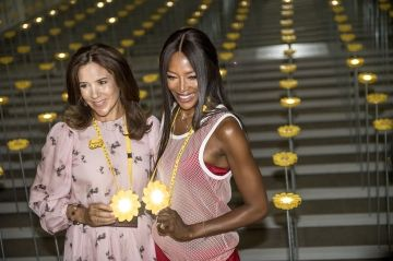 Mary pose avec Naomi Campbell à la Fashion Week de Copenhague