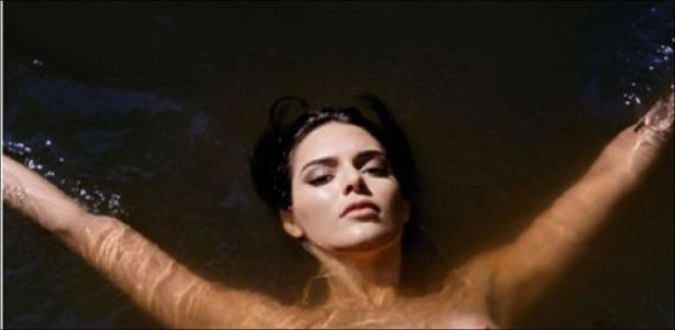 Topless - Kendall Jenner tombe le haut pour un magazine