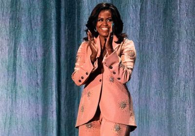 Michelle Obama renversante dans un costume rose à diamants