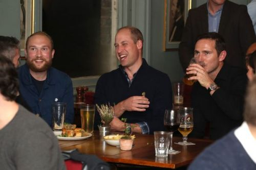 PHOTOS. Le prince William fait une sortie surprise dans un pub sans Kate Middleton