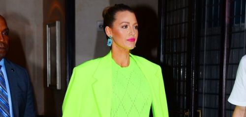 PHOTOS. Le look WTF vert fluo de Blake Lively