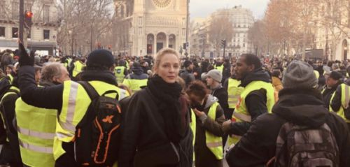 PHOTO. La très étonnante photo d'Uma Thurman parmi les gilets jaunes