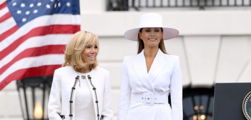 Que lit-on à travers le chapeau blanc de Melania Trump ?