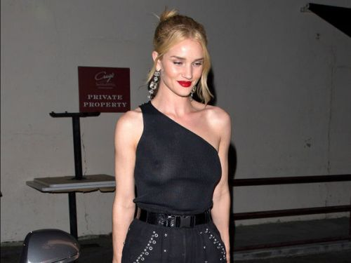 PHOTOS. Rosie Huntington-Whiteley en montre un peu trop dans son haut transparent