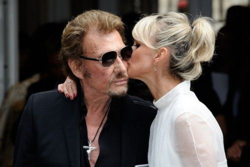 Une photo de Johnny Hallyday embrassant un homme refait surface !