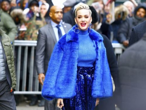 PHOTOS. L'étrange tenue bleue de Katy Perry dans les rues de New York
