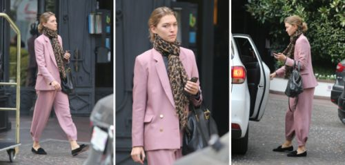 Spotted:  le costume vieux rose atypique d'Arizona Muse