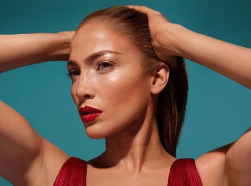 Jennifer Lopez:  Surprise, elle lance sa collection de makeup avec Inglot Cosmetics