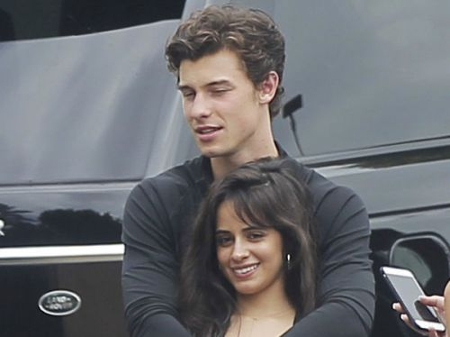 VIDEO. Shawn Mendes et Camila Cabello, en couple, officialisent avec un doux baiser !