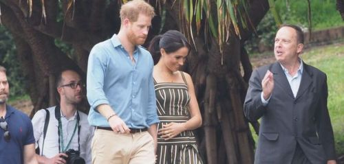 PHOTOS. Quand Meghan Markle, enceinte, touche délicatement son ventre arrondi lors du royal tour