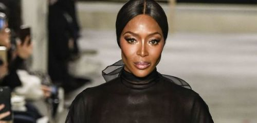 PHOTOS. Fashion Week de Paris:  Naomi Campbell défile seins nus sous sa robe transparente au défilé Valentino