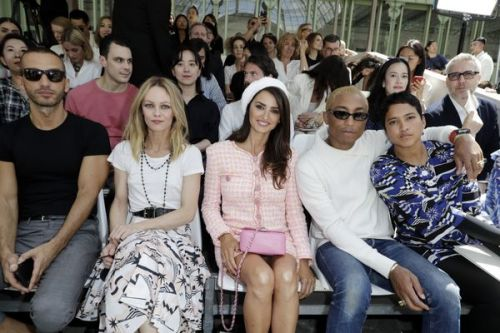 PHOTOS. Vanessa Paradis, Lily Allen, Pharrell Williams, Penélope Cruz:  les people au défilé Chanel