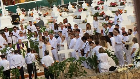Closer publie une photo de l'inhumation de Johnny Hallyday à Saint Barth
