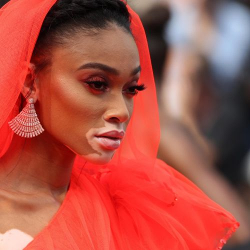 Winnie Harlow, hypnotisante en robe rouge pour monter les marches à Cannes