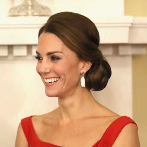 En robe rouge à sequins, Kate Middleton illumine Buckingham Palace