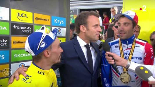 VIDEO. Tour de France 2019:  quand Emmanuel Macron vient féliciter en direct Julian Alaphilippe, le maillot jaune